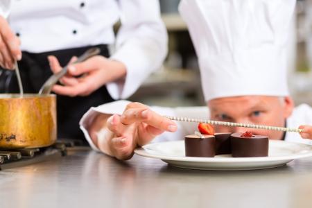 pasteles: Cook, el chef de reposter�a, en el hotel o restaurante cocina cocinar, que est� terminando un postre dulce