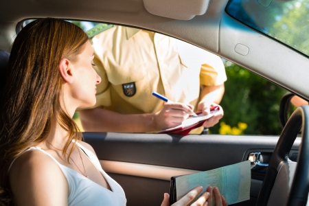polizist: Police - junge Frau mit Polizisten oder Polizist auf der Stra�e oder Verkehr, zeigt sie ihren Reisepass oder F�hrerschein