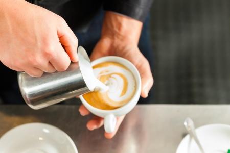 capuchino: Barista hacer capuchino en la cafeter�a o del caf�, primer plano