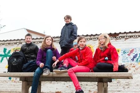 Bildung - Schüler an Schulhof ihrer Schule während der Pause