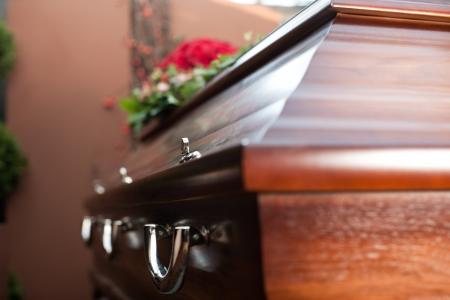 Enterrement avec le cercueil; funéraire et le cimetière - la religion, la mort et la dolor Banque d'images - 16011800