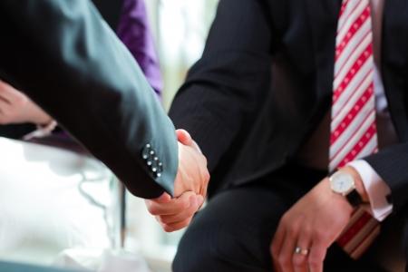 entrevista de trabajo: Hombre dando la mano a gerente en la entrevista de trabajo empleo candidato primer recorte contratación de reanudar las actividades de trabajo CEO