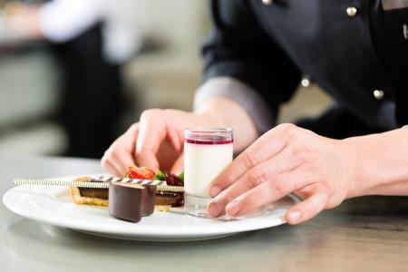 cocinero: Cocinero, el chef de reposter�a, en el hotel o cocinar cocina del restaurante, que est� terminando un postre dulce