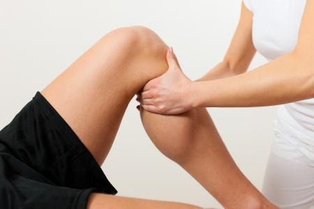 fysiotherapie: Patiënt bij de fysiotherapie doet fysiotherapie oefeningen met zijn therapeut