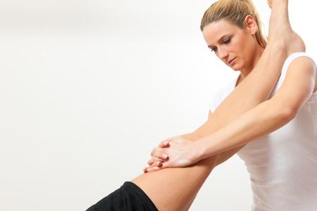 протяжение: Пациент в физиотерапии делать физические упражнения терапии со своим терапевтом
