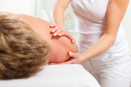 fisioterapia: Paciente en la fisioterapia consigue masaje o drenaje linf�tico Foto de archivo