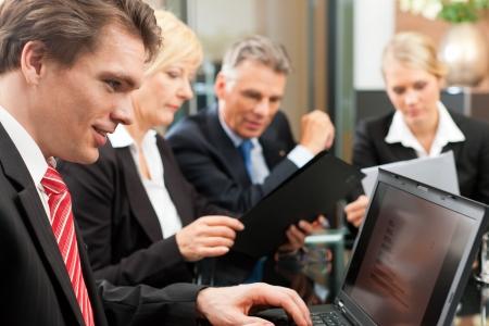 conferencia de negocios: Negocios - reuni�n del equipo en una oficina
