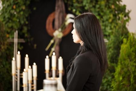Religion, Tod und dolor - Frau am Urne Beerdigung Trauer �ber den Tod einer geliebten Person Lizenzfreie Bilder
