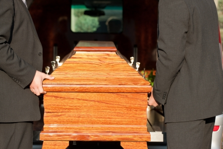 trumna: Dolor - Funeral z trumną na cmentarz, urna przewożone okaziciela kopytowej Zdjęcie Seryjne