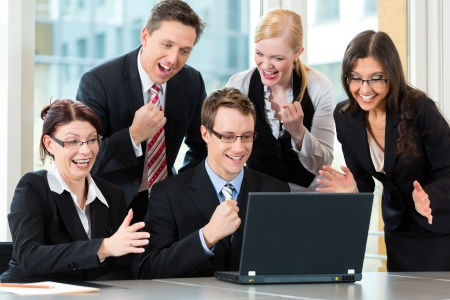 Business - Unternehmer haben Teamsitzung in einem B�ro mit Laptop, ist es ein sehr gutes Team