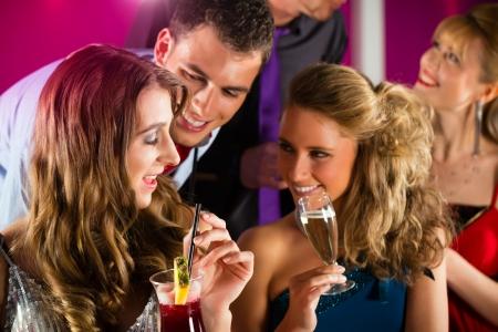 coquetear: Los j�venes del club o bar c�cteles para beber y divertirse