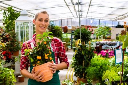 petites fleurs: Femme fleuriste ou jardinier fleuriste ou de la garderie