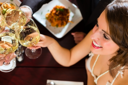 gourmet dinner: Los buenos amigos para la cena o el almuerzo en un restaurante de calidad, que tintinean los vidrios