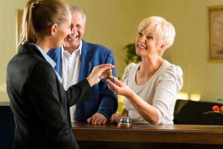 hotel reception: Reception - G�ste Check-in im Hotel und bekommen den Schl�ssel Lizenzfreie Bilder