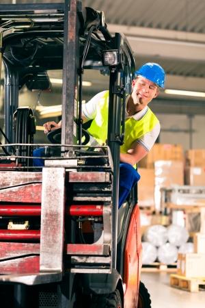 forwarding: Carretilla elevadora de protecci�n del conductor en la conducci�n chaleco en el almac�n de la empresa de transporte de carga