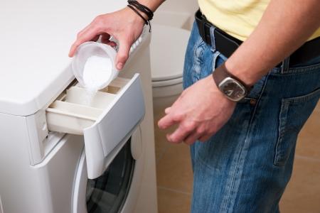 lavando ropa: Ropa hombre que lava con una arandela Foto de archivo