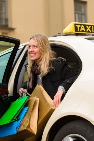 osiągnął: MÅ'oda kobieta wysiada z taksówki, że osiÄ…gnęła swój cel Zdjęcie Seryjne