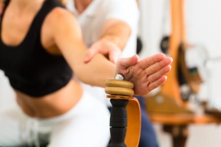 f�sica: Paciente en la fisioterapia hacer ejercicios f�sicos Foto de archivo