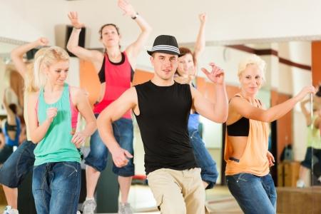 zumba: Zumba o Jazzdance - j�venes bailando en un estudio o gimnasio haciendo deporte o practicar un n�mero de baile