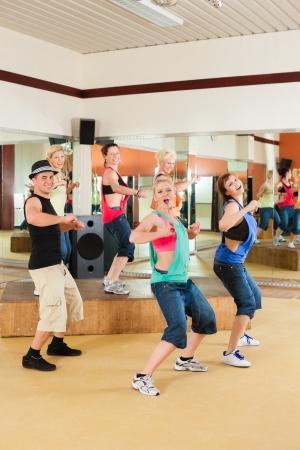 coreografia: Zumba o Jazzdance - gente joven que baila en un estudio o gimnasio haciendo deportes o la pr�ctica de un n�mero de baile Foto de archivo