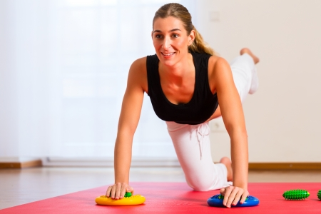 strength therapy: Patient at the physiotherapy making physical exercises