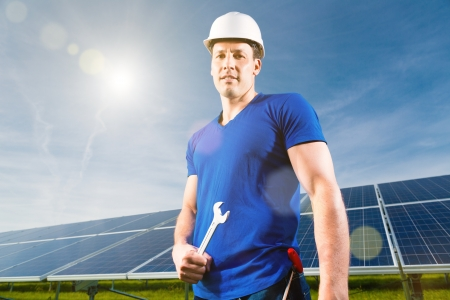 regenerative energie: Photovoltaik-Anlage mit Sonnenkollektoren f�r die Erzeugung von erneuerbarer Energie durch Solarenergie, einen Techniker oder Arbeiter, der vor