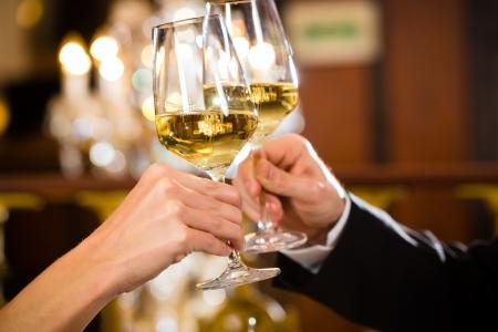 coppia felice ha una data romantica in un ristorante raffinato che bevono vino e tintinnio occhiali, acclamazioni - primo piano