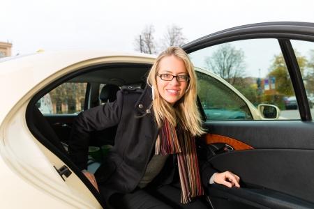 osiągnął: MÅ'oda kobieta, wysiadajÄ…c z taksówki, że osiÄ…gnęła swój cel
