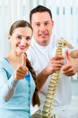 spina dorsale: Fisioterapista e paziente in una pratica, dopo un trattamento di successo ?a diagnosi di un netto miglioramento, Pollice in su