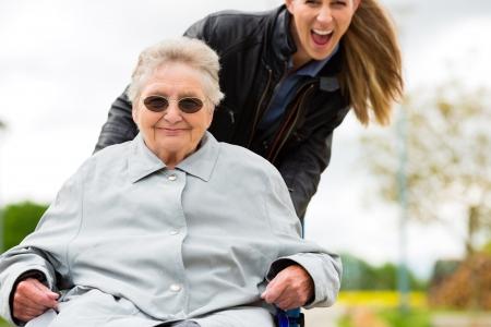 vejez: Mujer joven visita a su abuela en el asilo de ancianos Foto de archivo