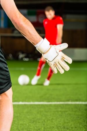 indoor soccer: Hombre de anotar un gol en f�tbol sala o f�tbol de sal�n Foto de archivo