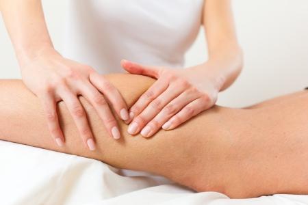 masaje deportivo: Paciente en la fisioterapia tiene drenaje linfático o masaje