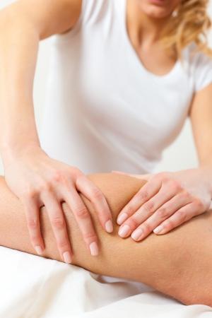 fisioterapia: Paciente en la fisioterapia tiene drenaje linfático o masaje