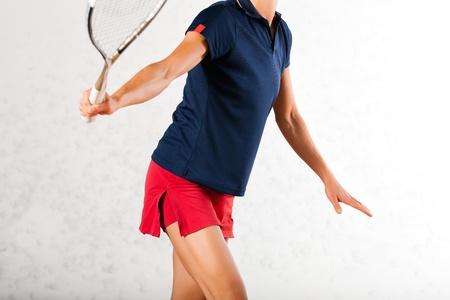 racket sport: Mujer madura que juega al squash como deporte de raqueta en el gimnasio, que podr?a ser una competencia