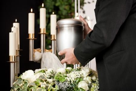 Pompes funèbres funérailles et le cimetière, portant l'urne sur un lit de roses blanches - la mort et dolor Banque d'images - 18838870