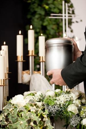 La religion, la mort et la dolor - entrepreneur de pompes funèbres sur les funérailles de l'urne
