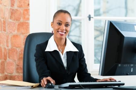 del secretario: Abogada joven o asistente legal de trabajo en su oficina en un ordenador o PC