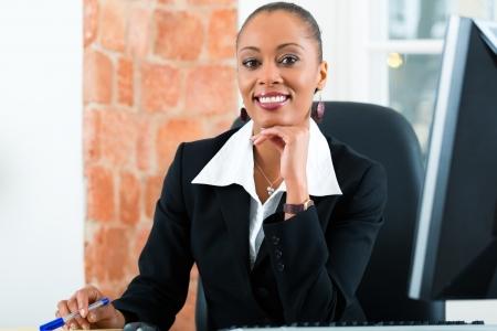 abogado: Abogada joven o asistente legal de trabajo en su oficina en un ordenador o PC