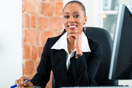 Abogada joven o asistente legal de trabajo en su oficina en un ordenador o PC