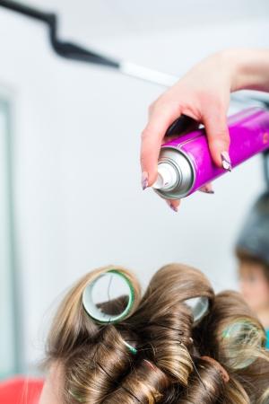 Fryzjer - stylista wÅ'osów wÅ'osy curling, kobieta klient otrzymuje do fryzjera Zdjęcie Seryjne