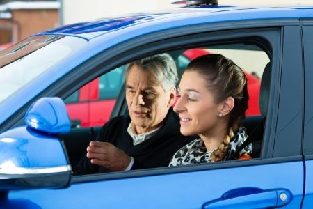 Driving School - Jonge vrouw sturen een auto, misschien heeft ze een rijexamen misschien is zij uitoefent de parkeerplaats