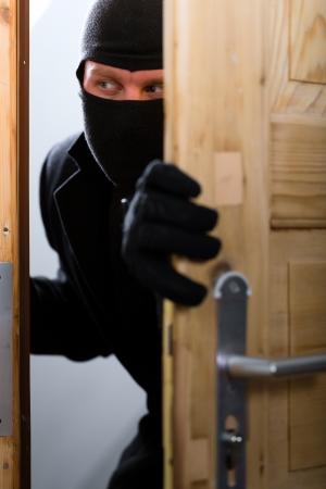 ladron: Seguridad - romper ladr�n disfrazado en un apartamento u oficina para robar algo Foto de archivo