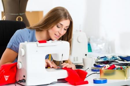 machine a coudre: Freelancer - designer de mode ou Tailor travaillant sur un projet de conception ou, elle coud avec une machine � coudre Banque d'images