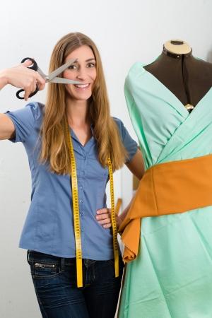 freiberufler: Freelancer - Fashion Designer oder Schneider arbeitet an einem Design oder Entwurf, nimmt sie an einer Ma?nahme Schneiderinnen Dummy Lizenzfreie Bilder