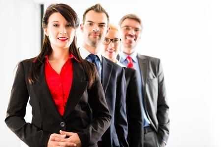 Business - groupe de gens d'affaires réussie posant pour la photo de groupe dans Office