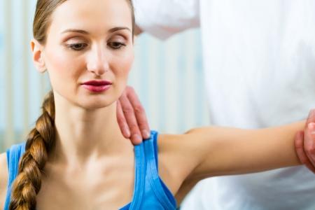 fisioterapia: Paciente femenino en la fisioterapia haciendo ejercicios físicos con su terapeuta, que le da un masaje médico