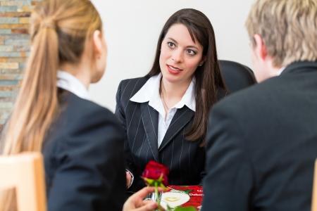 Entrepreneur de pompes funèbres est conseillé des clients pour les funérailles et leur donne réconfort Banque d'images - 20052919