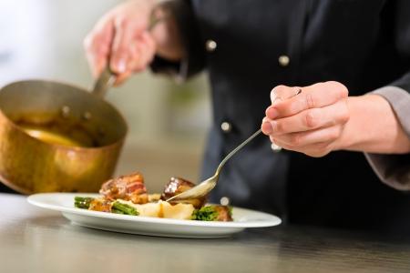 ホテルまたはレストランの台所の調理でシェフだけ手を見られるように、彼はより粋として食品のソースに取り組んで
