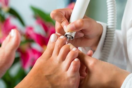 pedicura: Mujer que recibe pedicure en un Day Spa, u?as pies se cortan y archivada