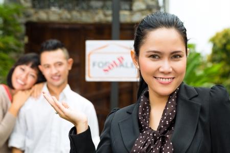 apartment market: Mercado de Bienes Ra�ces - joven pareja de Indonesia en busca de apartamento de bienes ra�ces o casa para alquilar o comprar Foto de archivo